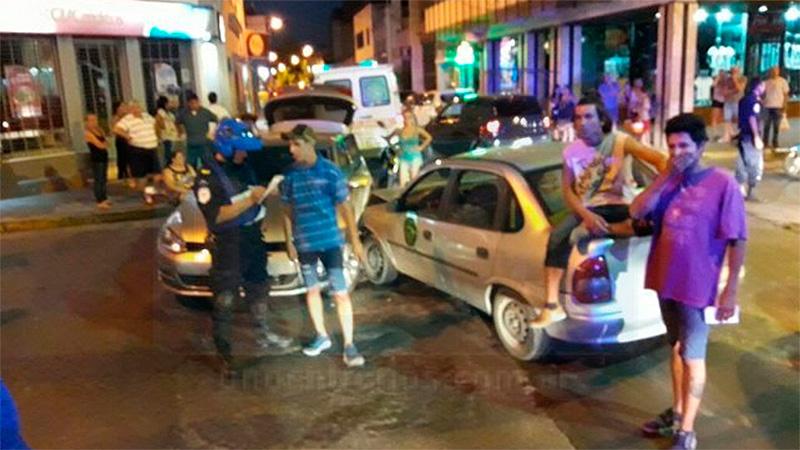 Remís trasladaba personas alcoholizadas, chocó y se generó una escaramuza