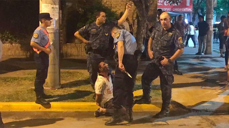 El hombre atacó al policía con arma blanca y quedó detenido.