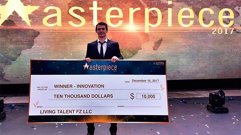 Noya recibiendo el premio del concurso Masterpiece en Dubai