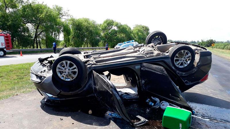 El auto quedó destrozado tras el violento vuelco