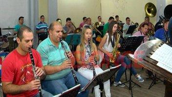 Junto a músicos entrerrianos, la Banda de la Policía ensaya para Cosquín