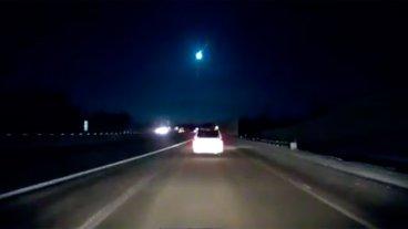 Un meteorito provocó un sismo y varias personas filmaron su caída