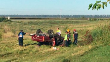 Una paranaense falleció y hay dos heridos por el vuelco de una camioneta