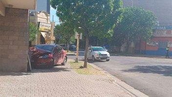 Dos vehículos chocaron y uno terminó incrustándose contra una pared