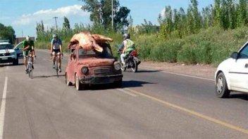 Un camión de Paraná volcó y la gente se llevó 22.000 kilos de carne: Imágenes