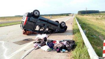 Volcó una camioneta en la que se trasladaba una pareja y sus hijo