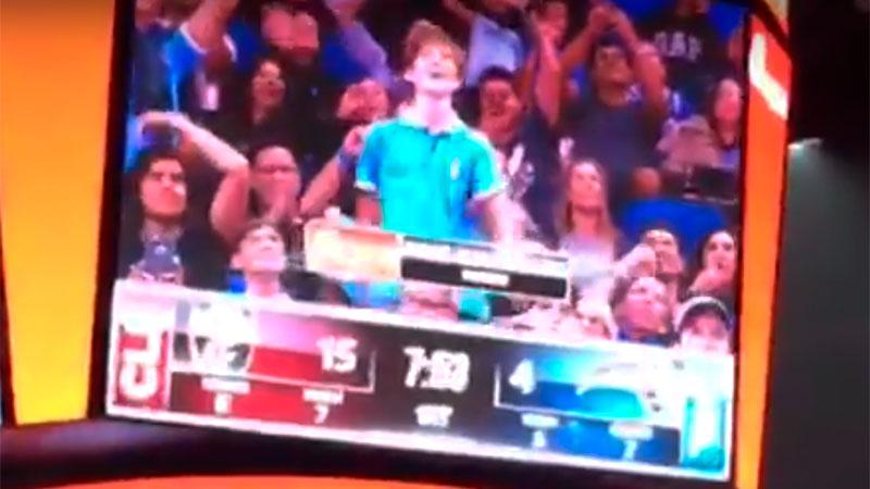 Captura de una cámara del estadio que mostró el baile del chico paranaense