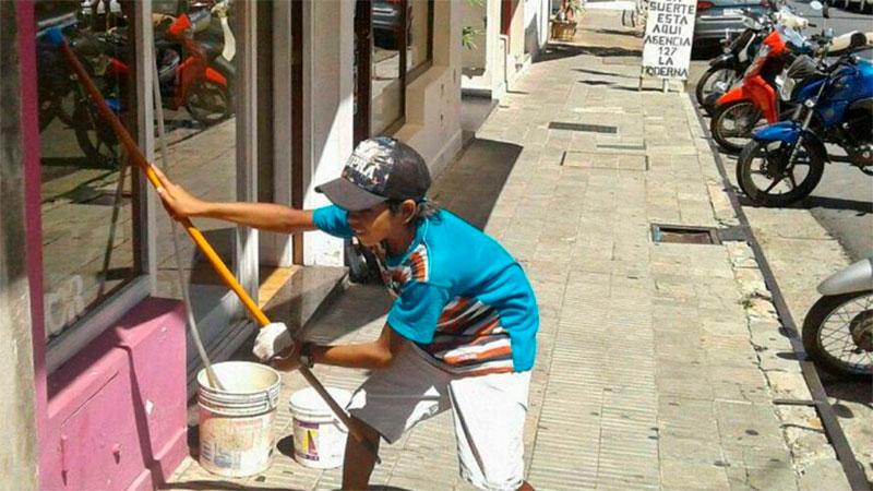 Tiene 14 años y limpiaba vidrieras para ayudar a su familia en Concordia