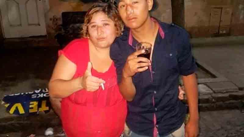 Ivone Kukoc junto a su hijo Pablo, asesinado tras apuñalar a  turista en La Boca