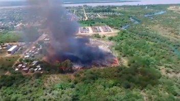 Investigan si fue intencional el gran incendio generado en el basural de Colón