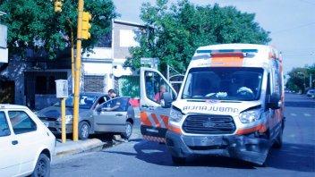 Chocaron un auto y una ambulancia en esquina semaforizada de Paraná