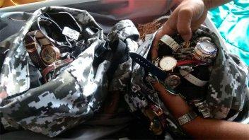 Regalan un auto y 80 relojes a policías que recuperaron lo robado a una joyería
