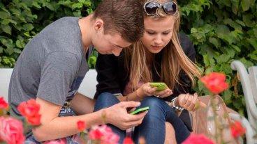 Tres de cada 10 adolescentes tendrán miopía en 2020 por usar mal los celulares