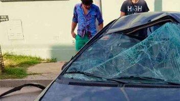 Conductor chocó con su auto a otros dos estacionados y terminó volcando
