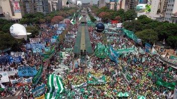 Dirigentes sindicales lanzaron fuertes críticas en la masiva marcha de Moyano