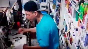 Video: Violento ladrón intentó abrir la caja golpeando la espalda del empleado