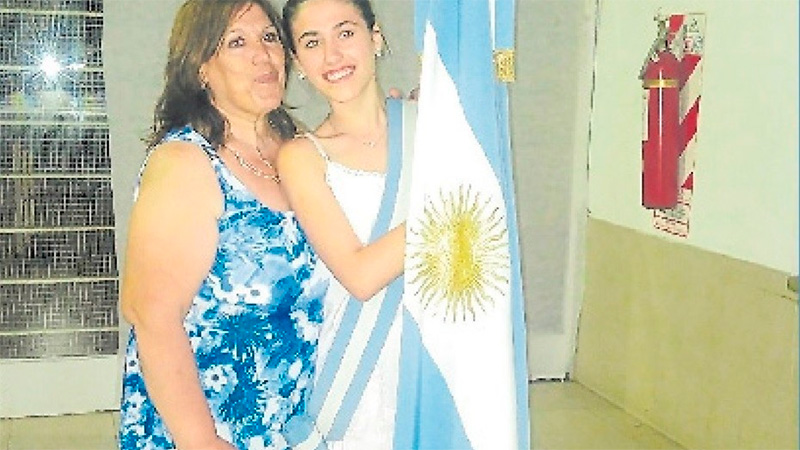 Agustina con su mamá