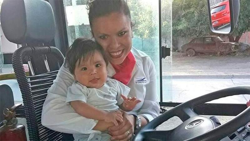 Viviana junto a su bebé, a quien recordó en el momento de urgencia