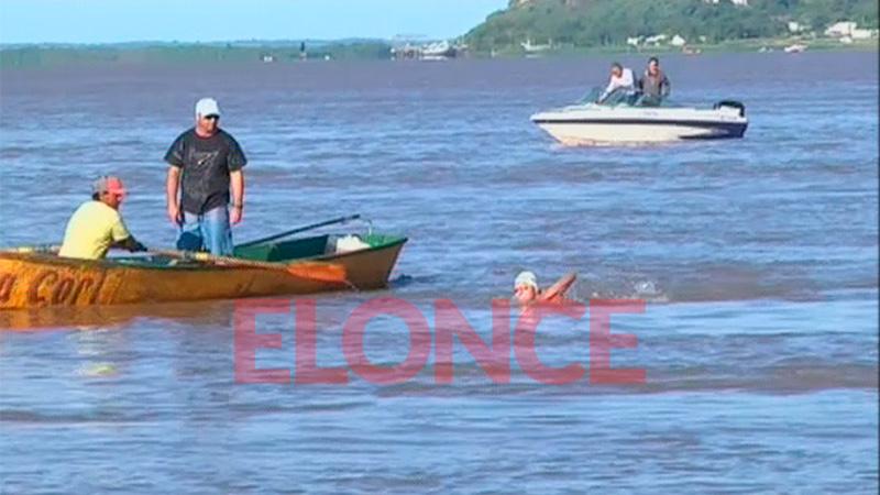 Luego de las 17:45 llegaron los nadadores a la playa del CAE