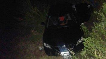 Automóvil mordió la banquina, despistó y terminó en una alcantarilla
