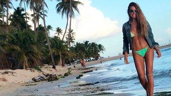 Mónica Ayos lució una bikini diminuta en paradisíaca playa mexicana