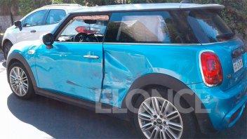 Una mujer herida tras choque entre un MiniCooper y otro auto en calle Uruguay