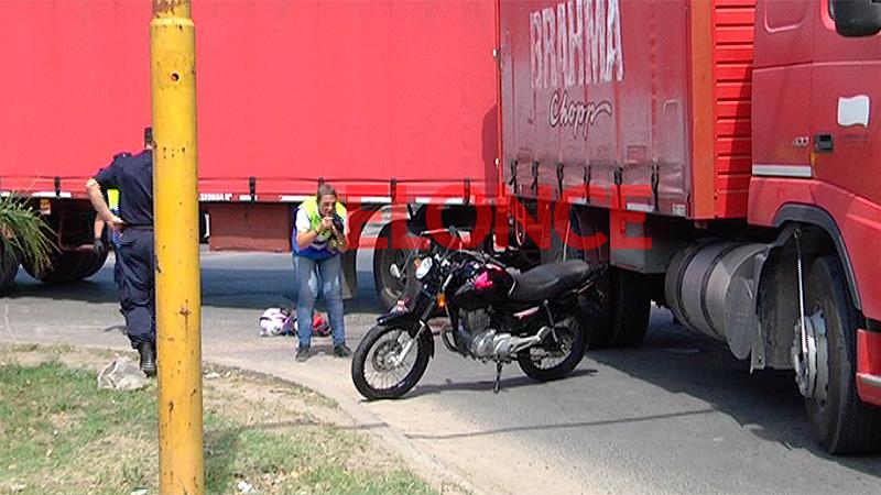 Una joven motociclista falleció tras chocar con un camión en Paraná