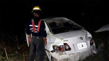Un auto despistó, chocó el guardarrail y volcó: una mujer lesionada