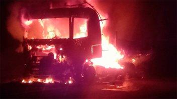 Un camión se incendió en plena marcha y se quemó casi en su totalidad