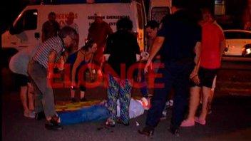 Hombre fue hospitalizado luego de cruzar la avenida y ser embestido por un auto