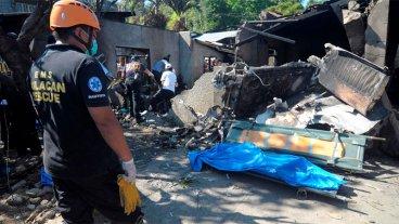 Diez muertos al estrellarse un avión contra una casa en Filipinas