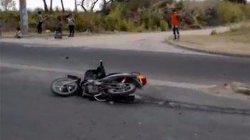 Perdió el control de la moto y terminó impactando contra una columna