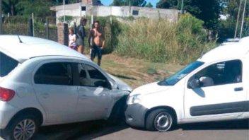 Perdió el control del vehículo y chocó contra un auto estacionado