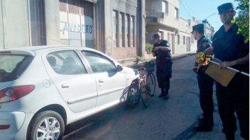 Murió una mujer que iba en bicicleta y fue chocada por un auto