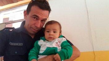 Un policía salvó la vida de una bebé que se asfixiaba con yerba