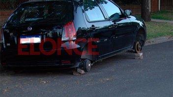 Vandalismo en zona sur de Paraná: dejaron un auto sin las cuatro ruedas