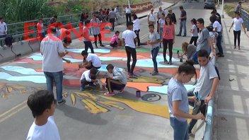 Fotos: Pintaron un mural sobre Puente Moreno para instar al cuidado del arroyo