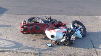 Motociclista quiso pasar un auto, desestabilizó y cayó al asfalto