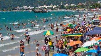 Fiebre amarilla: Recomiendan vacunarse para ir a las playas del sur de Brasil