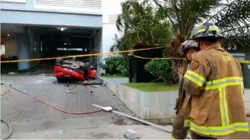 Tres muertos al caer un auto desde el cuarto piso de un estacionamiento