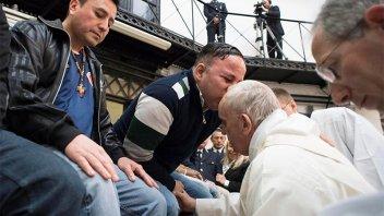 Francisco lavó los pies de 12 presos y reveló que debe operarse en 2019