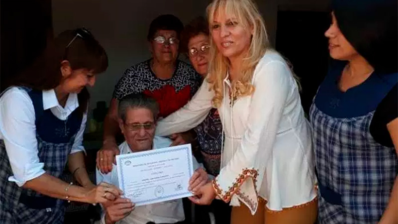 Cantalicio Oropel con sus 92 años culminó la escuela para adultos