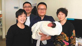 Un bebé nació cuatro años después de la muerte de sus padres