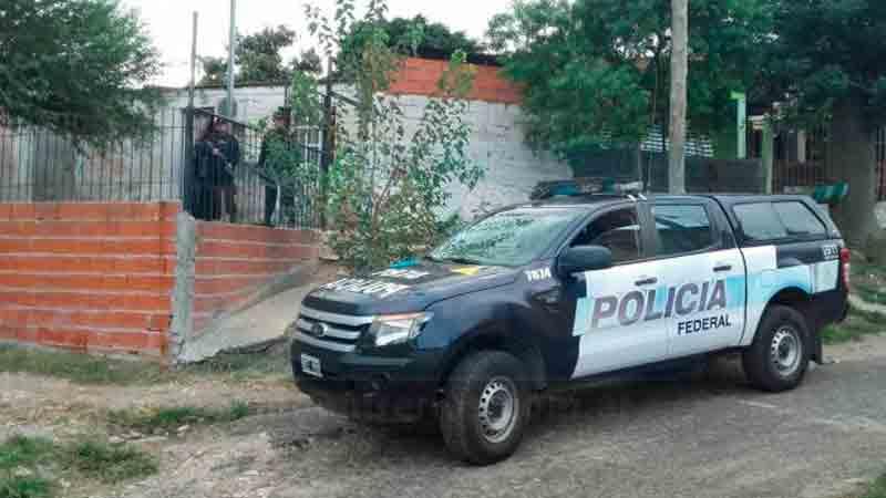 Asesinan a puñaladas a mujer y su hija; sospechan de esposo
