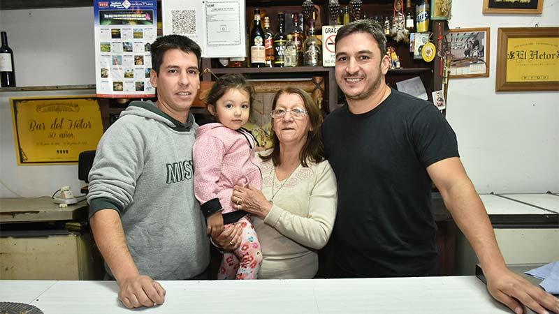 Héctor y Darío, junto a su madre Mirta.-