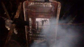 Dejó la cocina a leña encendida y desató un incendio en el galpón de la casa
