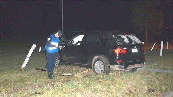 Un auto chocó contra un poste ubicado frente a destacamento policial