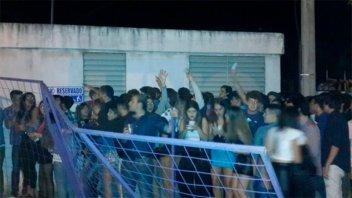 Se registraron disturbios en peña universitaria desbordada de jóvenes