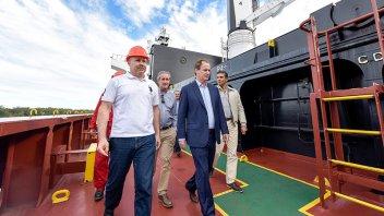 Bordet recorrió el buque que carga arroz en el puerto de Concepción del Uruguay
