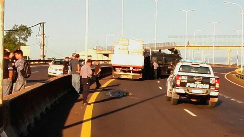Raptó, golpeó y violó a nena: al escapar, lo pisó un camión